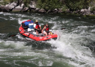 whitewater-raft-rental-on-the-deschutes-river-man-and-woman-whitewater-rafting