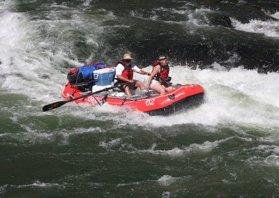 whitewater-raft-rental-on-the-deschutes-river-man-and-woman-whitewater-rafting-2
